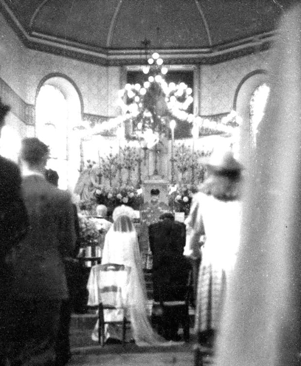 Marie et Anselme Chicoulaa devant l'autel